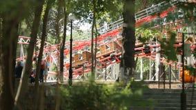 Ferrocarril de la atracción del ` s de los niños en el parque almacen de metraje de vídeo