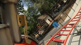 Ferrocarril de la atracción del ` s de los niños en el parque almacen de video