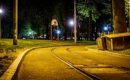 Ferrocarril de la ciudad de la noche con las luces de calles estrelladas Foto de archivo