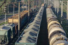 Ferrocarril de la materia del transporte Vista superior de los carros de una carga Fotos de archivo
