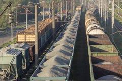 Ferrocarril de la materia del transporte Vista superior de los carros de una carga Fotos de archivo libres de regalías