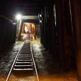 Ferrocarril de mina en undergroud. Imagen de archivo libre de regalías