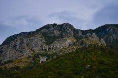 Ferrocarril de Montenegro en la colina imagenes de archivo