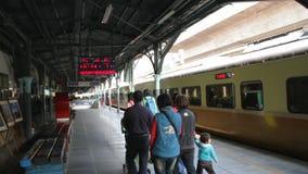 Ferrocarril de Taiwán (TRA), Tze Chiang Express Train en la estación de Taichung HD almacen de metraje de vídeo