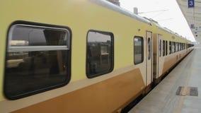 Ferrocarril de Taiwán (TRA), Tze Chiang Express Train en la nueva Wurih estación de Taichung HD almacen de metraje de vídeo