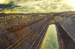Ferrocarril del Grunge debajo del cielo dramático Imagenes de archivo