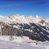 Ferrocarril del teleférico en centro turístico del deporte de invierno en las montañas suizas Imagen de archivo