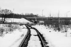 Ferrocarril El monocromo de la imagen Él primavera del ` s Foto que muestra la trayectoria del ferrocarril en alguna parte en Rus imagen de archivo