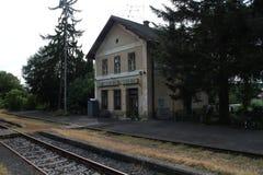 Ferrocarril en el ¡de Hontianske Tesà con referencia a foto de archivo