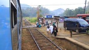 Ferrocarril en el pueblo de Oya del talón almacen de metraje de vídeo