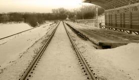 Ferrocarril en invierno debajo de la nieve Ningún tren fotos de archivo libres de regalías