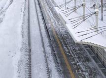 Ferrocarril en invierno debajo de la nieve Ningún tren fotografía de archivo libre de regalías