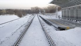 Ferrocarril en invierno debajo de la nieve Ningún tren imágenes de archivo libres de regalías