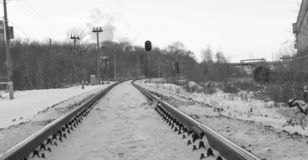 Ferrocarril en invierno debajo de la nieve Ningún tren imagen de archivo