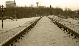 Ferrocarril en invierno debajo de la nieve Ningún tren imagen de archivo libre de regalías