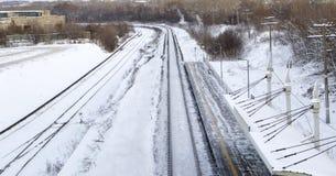 Ferrocarril en invierno debajo de la nieve Ningún tren fotografía de archivo
