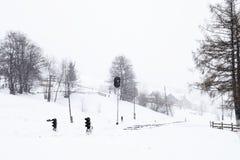 Ferrocarril en invierno, un semáforo en el pueblo, Ucrania, Europa Fotos de archivo libres de regalías