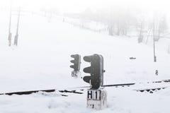 Ferrocarril en invierno, un semáforo en el pueblo, Ucrania, Europa Fotografía de archivo libre de regalías