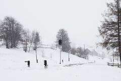 Ferrocarril en invierno, un semáforo en el pueblo, Ucrania, Europa Foto de archivo libre de regalías
