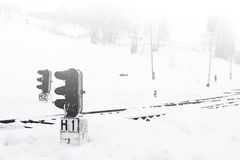 Ferrocarril en invierno, un semáforo en el pueblo, Ucrania, Europa Imagen de archivo