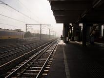 Ferrocarril en la madrugada de la niebla Foto de archivo libre de regalías