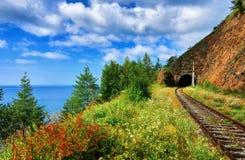 Ferrocarril en la orilla del lago Baikal julio Rusia Fotografía de archivo