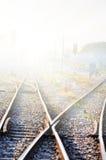 Ferrocarril en niebla Fotos de archivo