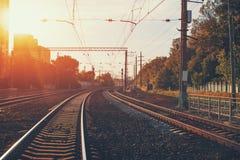Ferrocarril en puesta del sol imagen de archivo