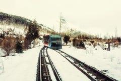 Ferrocarril funicular en las altas montañas de Tatras en Eslovaquia, viejo filt Imagenes de archivo