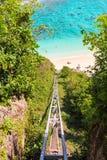Ferrocarril funicular que lleva del top a la playa Imágenes de archivo libres de regalías