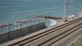 Ferrocarril a lo largo del mar almacen de metraje de vídeo