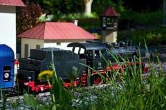 Ferrocarril modelo con el tren en el parque de MiniSlovakia en Liptovsky enero Foto de archivo