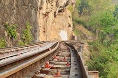 Ferrocarril muerto al lado del acantilado, a lo largo del río de Kwai Imagen de archivo