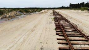 Ferrocarril oxidado viejo en la arena amarilla Nadie allí, visión aérea metrajes