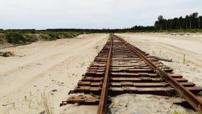Ferrocarril oxidado viejo en la arena amarilla Nadie allí, visión aérea almacen de video