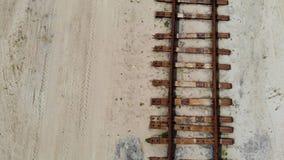 Ferrocarril oxidado viejo en la arena amarilla Nadie allí, visión aérea almacen de metraje de vídeo