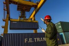 Ferrocarril portuario que maneja el sitio del cargo en contenedor Imagen de archivo