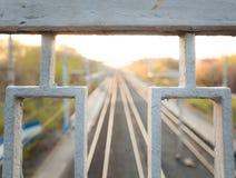 Ferrocarril que pasa el horizonte Imagen de archivo libre de regalías