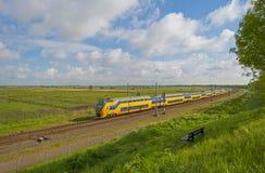 Ferrocarril a través de la naturaleza en luz del sol Imagenes de archivo