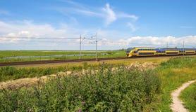 Ferrocarril a través de la naturaleza en luz del sol Fotografía de archivo libre de regalías