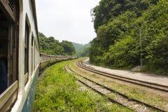 Ferrocarril a través de las montañas con el bosque Imagen de archivo libre de regalías
