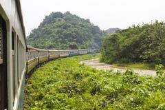 Ferrocarril a través de las montañas con el bosque Fotos de archivo
