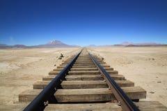 Ferrocarril a través de planos de la sal de Uyuni, Bolivia Imagen de archivo