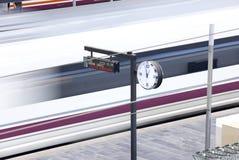Ferrocarril. Salida del tren de alta velocidad. Fotos de archivo
