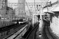 Ferrocarril: una pista o un sistema de pistas hechas de los carriles de acero a lo largo del wh Imágenes de archivo libres de regalías