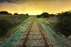 Ferrocarril viejo con del africano el paisaje del desierto semi Imagenes de archivo
