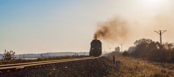 Ferrocarril viejo del tren de Bielorussia que fuma fotografía de archivo libre de regalías