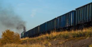 Ferrocarril viejo del tren de Bielorussia que fuma imagen de archivo