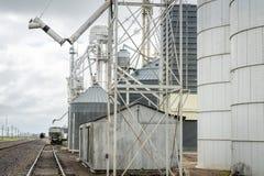 Ferrocarril y elevadores de grano imagenes de archivo