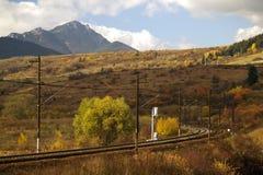 Ferrocarril y montaña fotografía de archivo